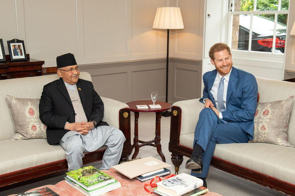 Im Hintergrund von Prinz Harry und KP Sharma Oli steht ein unveröffentlichtes Verlobungsfoto des Herzogpaares Sussex.