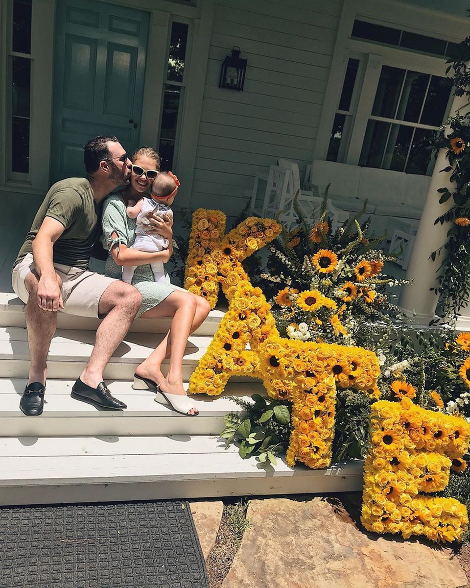 10. Juni 2019  In einem Meer von Sonnenblumen feiert Kate Upton ihren 27. Geburtstag an der Seite ihres Partners Justin Verlander und TochterGenevieve.