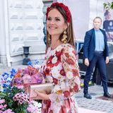 In einem bezaubernden floralen Kleid lächelt Prinzessin Sofia in die Kameras.