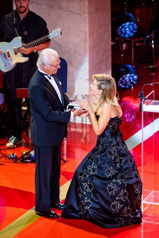 König Carl Gustaf überreicht der deutschen Geigerin Anne-Sophie Mutter den Preis als beste klassische Künstlerin.