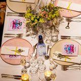 Blumen und Silberbesteck zieren die Tische.