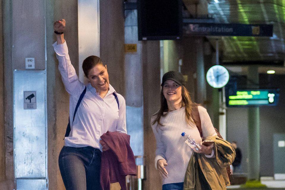 Prinzessin Victoria + Prinzessin Sofia strotzen schon um kurz nach 6 Uhr vor Tatendrang