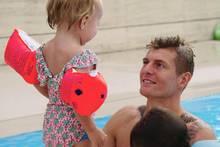 """Toni Kroos ganz privat. In der Doku """"Kroos"""", die am 4. Juli in die deutschen Kinos kommt, zeigt der Fußballstar auch sein Familienleben als Ehemann und Vater."""