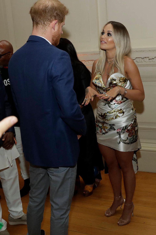 """Beim """"Sentebale Audi Concert"""" im Hampton Court Palace in Molesey trifft Rita Ora auf Prinz Harry."""