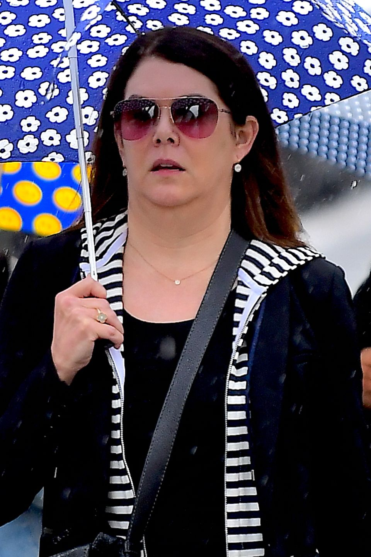 """10. Juni 2019  Kaum wiederzuerkennen: """"Gilmore Girls""""-Star Lauren Graham ist bei Regen in New York unterwegs."""