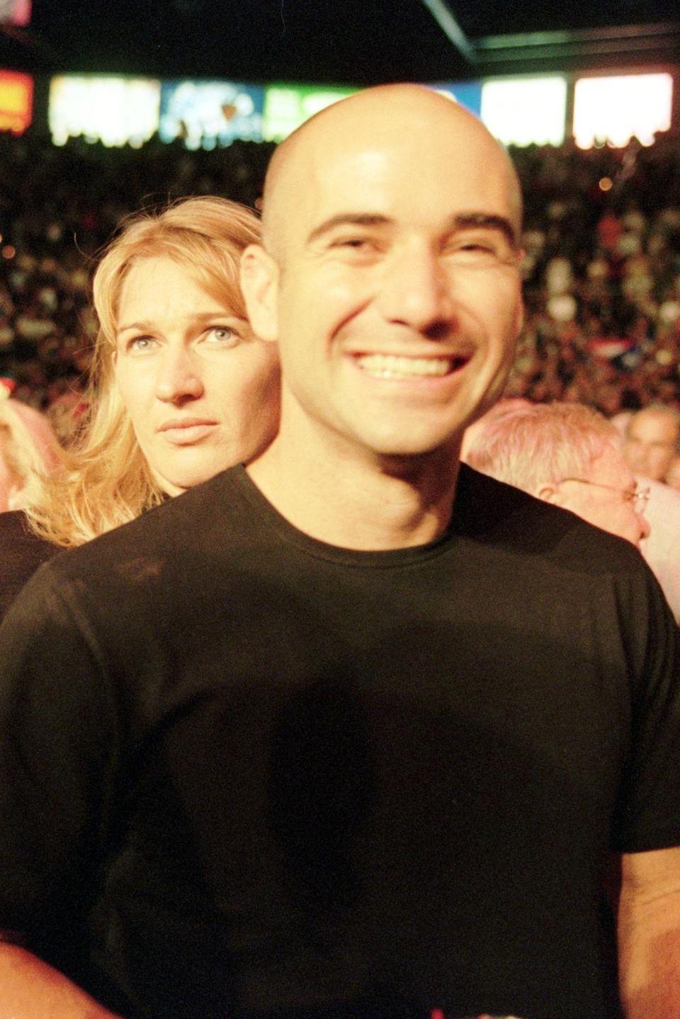 Im September 1999 zeigen sich Steffi Graf und Andre Agassi bei einem Boxkampf in Las Vegas zum ersten Mal als Paar. Kurz zuvor hatte Steffi die Trennung von ihrem langjährigen Freund, dem Rennfahrer Michael Bartels, bekannt gegeben. Und auch Andre ist frisch geschieden: Von 1997 bis 1999 war er mit der Schauspielerin Brooke Shields verheiratet.