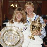 Steffi Graf und Boris Becker posieren 1989 nach ihrem Wimbledon-Sieg im Damen- bzw. Männer-Einzel mit ihren Trophäen.