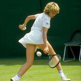 Steffi Graf (hier mit 16) ist drei Jahre alt, als sie das erste Mal in ihrer Heimatgemeinde Brühl einen Tennisschläger in die Hand nimmt. Gefördert wird sie von ihrem Vater Peter Graf. Mit sieben spielt sie erste kleine Turniere. Nachdem sie 1982 als 13-Jährige die Deutsche Jugendmeisterschaft der 18-Jährigen gewinnt, wird sie im Oktober bei der WTA alsProfispielerin gemeldet.