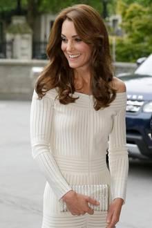 Diesem Effekt muss sich Herzogin Catherine bereits drei Jahre zuvor bewusst gewesen sein. Damals scheint kaum etwas an ihrem Look anders zu sein. Das Kleid ist das selbe, die Frisur sitzt ebenfalls ganz identisch. Man könnte glatt meinen, es handele sich um ein Foto aus genau der gleichen Zeit.