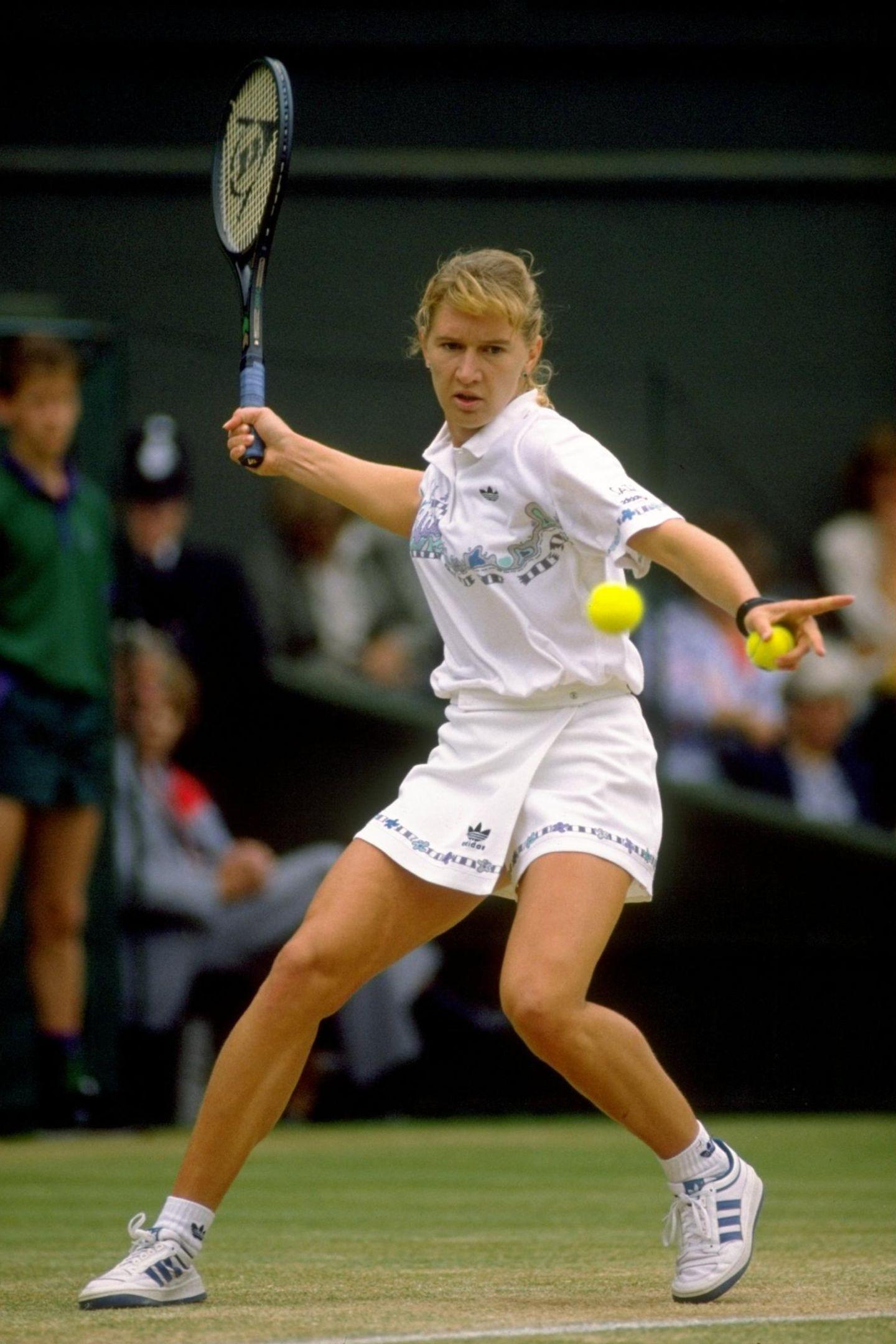 """Wegen ihrer hart geschlagenen Vorhand, mit der sie meist das Match dominiert, bekommt Steffi Graf (hier 1989) den Spitznamen """"Fräulein Vorhand""""."""