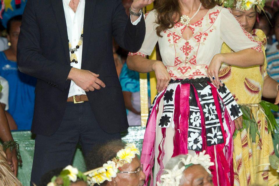 Während einer Auslandsreise im Südpazifik trug Herzogin Catherine 2012 eine traditionelle Tracht - nur leider die des falschen Staates.
