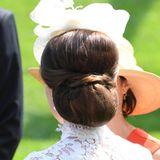 Von hinten offenbart sich das Meisterwerk jedoch komplett. Kates unterstes Haar wurde eingelegt und die Übergänge durch gedrehte Strähnen verdeckt. Wow!