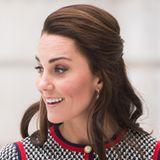 Als das Haar wieder nachgewachsen ist, kann Kate alle Haare wieder nach hinten binden. Die gelockten Längen legt sie hingegen nach vorne über die Schulter.