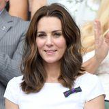 Vom Mittelscheitel an hat Herzogin Catherine ihr Haar in leichte Wellen gelegt, die locker leicht auf ihren Schultern aufliegen.