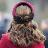 Unter dem Haarband versteckt Herzogin Catherine, die zurückgesteckten Haare, die sie dafür eingedreht und übereinander getwistet hat.