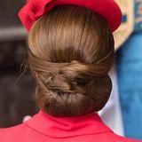 Von hinten sieht man ganz wunderbar, wie Kates Haar von unten eingerollt, festgesteckt und mit einem Netz festgehalten wird. Die vorderen Haarpartien werden jeweils nach links und rechts gekämmt und von den Seiten in den Chignon integriert.