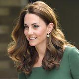 Kates zweite Lieblingsfrisur sindgroßeLocken, die ihrem Haar ab den Ohren herab wundervolles Volumen zaubern. Diesen simplen - aber äußerst eleganten - Look trägt sie zu vielen offiziellen Terminen.
