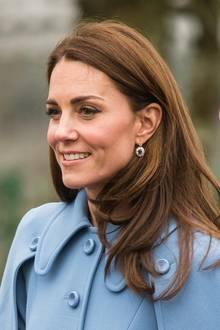 Herzogin Catherine hat ihre Föhnfrisur in den vergangenen Jahren perfektioniert. Sie trocknet ihr Haar über einer großen Rundbürste, die sie in den Längen und ganz besonders zu den Spitzen hin nach innen einrollt. So erhält sie ihren tolle Schwung.