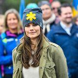 Sofia trägt eine blaugraue Mütze mit einem auffälligen gelben Sternchen, die ihren Look aufbricht.