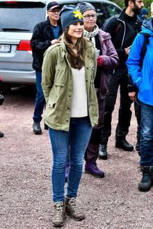 Prinzessin Sofia trägt eine schlichte Jeans in Kombination mit einem weißen Pullover, einer grünen Jacke und Wanderschuhen. Ins Auge sticht aber vor allem ihre auffällige Mütze.