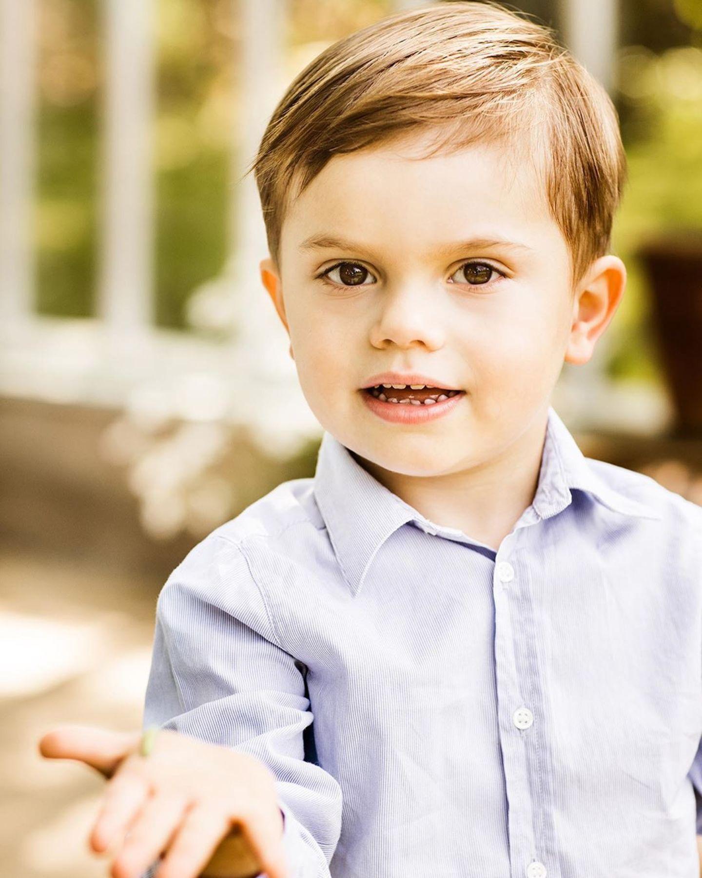 """13. Juni 2019  Prinz Oscar entdeckt die Natur und hält seine """"Beute"""" stolz in die Kamera. Hat der kleine Prinz vielleicht zum ersten Mal eine Raupe gefunden?"""