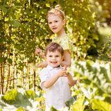 13. Juni 2019  Was gibt es schöneres als im Sommer im Freien zu spielen? Das sehen auch Prinzessin Estelle und Prinz Oscar so und genießen die Sonne im königlichen Schlossgarten.