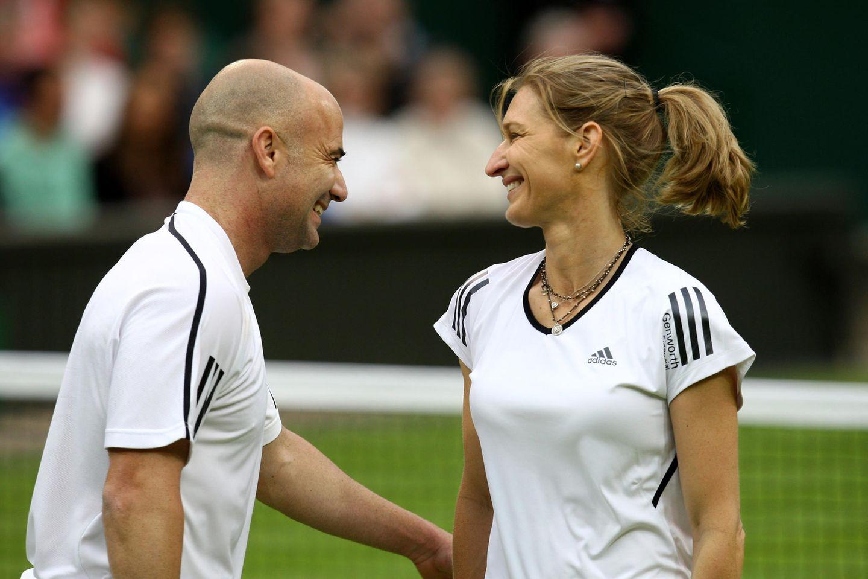 Anlässlich einerFeier des Centre Court in Wimbledon nehmen Andre und Steffi 2009 an einem gemischten Doppel teil.