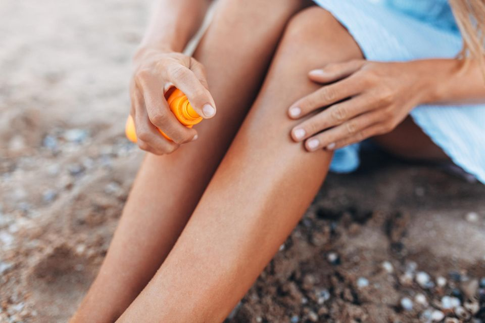 Tragen Sie Sonnencreme mit ausreichend hohem Lichtschutzfaktor 30 Minuten vor dem Sonnenbaden auf