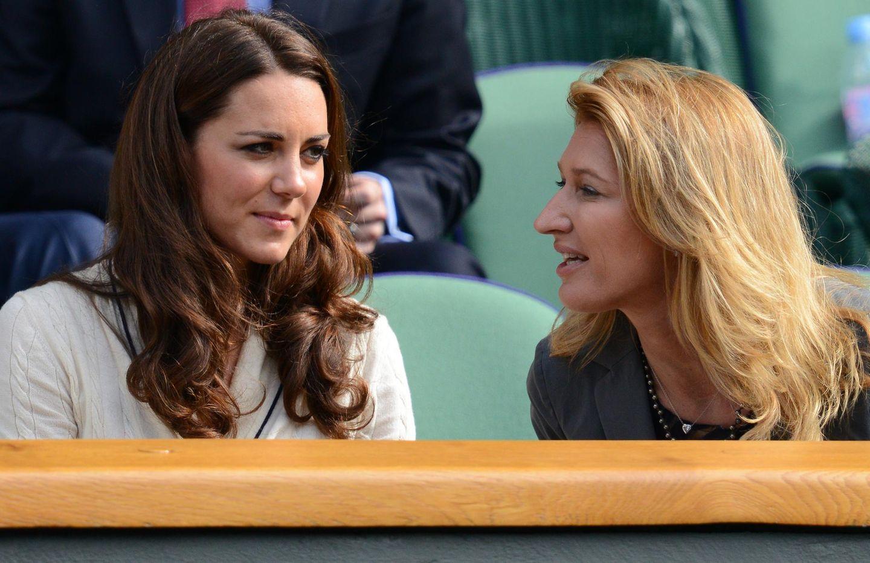 2012 unterhält sich Steffi auf der Tribüne von Wimbledon mit Herzogin Catherine.