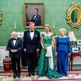 Das Königspaar posiert mit Irlands Präsidenten Michael Higgins und dessen Ehefrau Sabina für ein offizielles Foto.