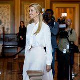 Ivanka Trump erscheint strahlend zu einem Kommiteetreffen in Washington. Sie trägt eine weiße Bluse und einen hellen, plissierten Rock, der leicht durchsichtig ist.