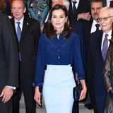 Die schöne Ehefrau von König Felipe kombiniert einenBleistiftrock von Hugo Boss in Eisblau zu einer royalblauen Seidenbluse von Felipe Varelaund farblich harmonierenden Accessoires.