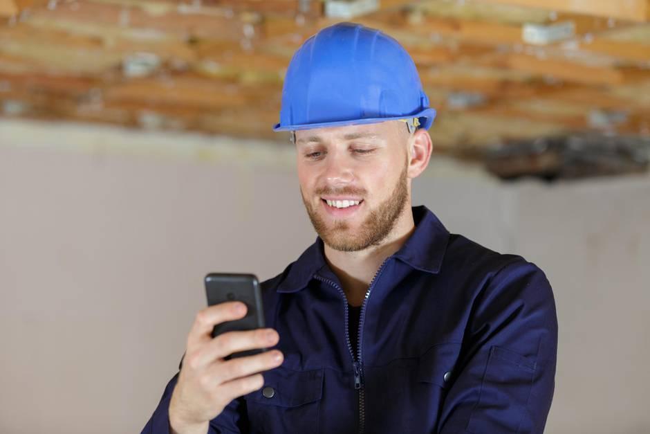 Bauarbeiter mit Handy