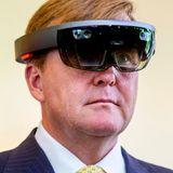 König Willem-Alexander probiert eine Virtual-Reality-Brille auf.