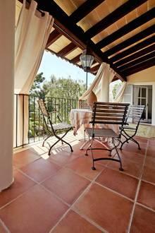 Räume und Terrassen sind lichtdurchflutet, helle Vorhänge spenden Schatten.