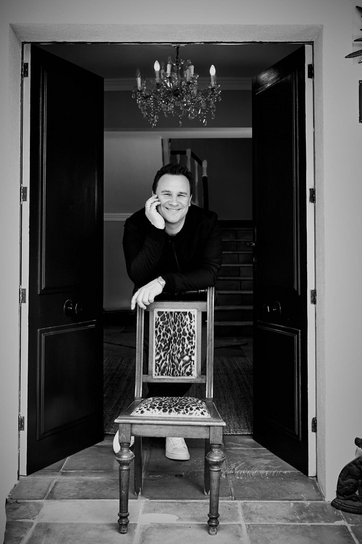 An der Eingangstür präsentiert Guido sein Lieblingsmöbel. Auf diesem Stuhl lernte er als Kind schreiben.