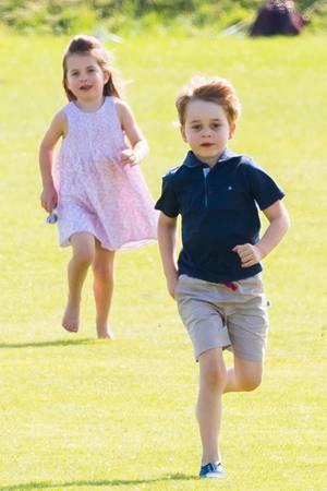 Kates Motto: Die Kinder sollen möglichst viel draußen spielen. George und Charlotte finden das natürlich toll.