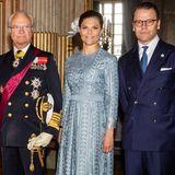 Im Rahmen des Staatsbesuchs des südkoreanischen Präsidenten und seiner Frau lässt es auch Prinzessin Victoria sich nicht nehmen bei der Willkommenszeremonie dabei zu sein. Sie trägt ein wunderschönes, hellblaues Midikleid aus Spitze.