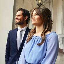 14. Juni 2019  Prinz Carl Philip und seine Sofia schauen ganz gespannt auf den Innenhof des Königlichen Schlosses. Dort kommen nämlich in diesem Moment der südkoreanische Präsident Moon Jae-in und seine Frau Kim Jung-sook an, die zum Staatsbesuch nach Schweden gekommen sind.
