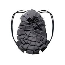 Cooles Design trifft auf praktische Funktionalität: Designerin Viktoria Lorenz hat mit diesem Rucksack ein It-Piece entworfen, das die Stars lieben! Das Lamellen-Design zaubert eine moderne Dreidimensionalität und lässt sich zu nahezu jedem Look kombinieren. Ca. 199 Euro.