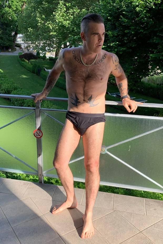 """Ob sich Robbie Williams für seine Liebste so in Schale geschmissen hat? """"Sagt mir bescheid, wenn ich wieder ausatmen kann"""", witzelt der Musiker in der Bildunterschrift. Wir finden: Der Body kann sich sehen lassen!"""