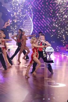 """Drei Paare tanzen am 14. Juni 2019 um den Sieg. Pascal Hens und Ekaterina Leonova, Ella Endlich und Valentin Lusin sowieBenjamin Piwko und Isabell Edvardsson wollen nur eins: den """"Let's Dance""""-Pokal."""