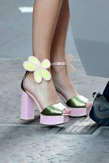 """Denn der absolute Blickfang sind Taylors Schuhe: Die 29-Jährige trägt bunte Plateau-Sandalen mit einer großen Blume am Riemchen. Das Model """"Pammy"""" ist eine Kreation von Kat Maconie und kostet 300 Euro. Damit holt die Sängerin den 70er-Jahre-Look gekonnt in die Gegenwart zurück und sorgt für ein fulminantes Revival."""
