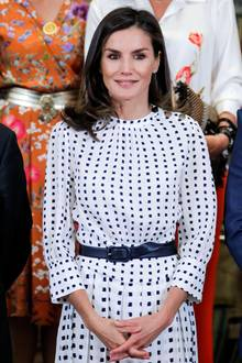 Um sich von ihrer besten Seite zu präsentieren, sorgt ein schmaler Gürtel in um dieTaille der spanischen Königin für eine schöne Silhouette.