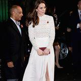 Bereits im November 2016 führt Herzogin Catherine das gleiche weiße Self-Portrait-Dress bei einem Event aus und kombiniert es besonders edel mit dunkelroten Accessoires. Der Hingucker: Ein hoher Beinschlitz, um den die Herzogin das Kleid ergänzt hat.