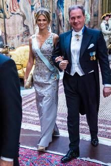 Stolz führt Chris O'Neill seine Frau Madeleine zum Staatsbankett im königlichen Schloss. Mit Schärpe und Tiara geschmückt, hat die Prinzessin für einen absolut glamourösen Auftritt. Die 37-Jährige trägt ein hellblaues, mit Blumen besticktes Seidenkleid von Carolina Herrera und kombiniert dazu goldene Pumps und eine goldene Clutch von Anya Hindmarch.