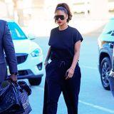 Am New Yorker Flughafen läuft Rihanna den dort wartenden Paparazzi vor die Kameralinse. Und das trotz ihres Undercover-Looks: Denn die Sängerin kleidet sich von Kopf bis Fuß in Schwarz. So trägt sie weites T-Shirt, das sie lässig in das Bündchen ihrer Trainingshose steckt. Spitze Stiefeletten sorgen für einen ungewohnten Kontrast zum sonst eher legeren Outfit. Und noch ein Detail fällt auf ...