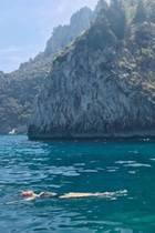 Supermodel Lily Aldridge genießt eine Auszeit auf Capri und plantscht vergnügt im Mittelmeer.