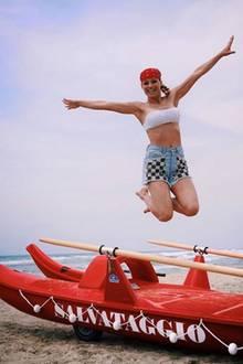 Am Strand liebt es Michelle Hunziker lässig. Zum Bandeau-Top kombiniert sie eine coole Jeans-Shorts mit aufgesetztem Karo-Muster und ein rotes Bandana.