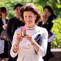 Da ist jemand aber eine ganz stolze Oma! Königin Silvia trägt ein Foto ihrer Enkelin, Prinzessin Estelle, immer bei sich. Nämlich als Handyhülle, die sie auch als Notizboard verwendet, indem sie farbige Post-its aufklebt.